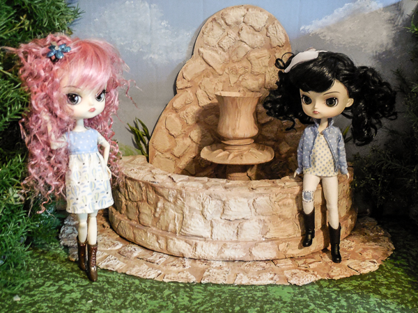 Jvanderbeek_helmar_dolldiorama_pullip_dal_dolls_courtyard_fountain